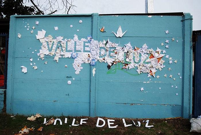 Oeuvre collective, Installation en espace public, commande de l'artiste Don Lucho pour sa ville Santa Cruz, participation de 10 collégiens en atelier d'Origami, papiers recyclés (de la bibliothèque municipale)pliés, typographie «Valle de luz», mur public, Santa Cruz, Chili, 2013, Laure devenelle