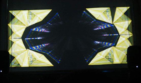 SCÉNOGRAPHIE, INSTALLATION DE STRUCTURES GÉOMÉTRIQUES EN RELIEF , TRIANGLES EN 3D, ET PROJECTION DE VIDÉOS (FRANCISCO BUSTOS ARTEAGA), SOIRÉE ÉLECTRONIQUE AU CLUB MINIMOOG, MENDOZA, 2013, Laure Devenelle