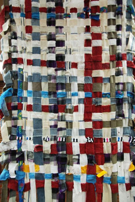 Oeuvre collective, installation textile, tissage participatif sur le recyclage et la mémoire, collecte de vieux vêtements des gens de la ville de Mendoza, Argentine, Alliance française, 2013, Laure Devenelle