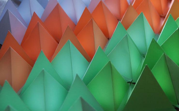 Design mural, Installation de triangles en 3D, papier, volume et assemblage, commande in situ chez un particulier à Paris et à l'exposition du Krill, Onet le château, Rodez, 2013, Laure Devenelle