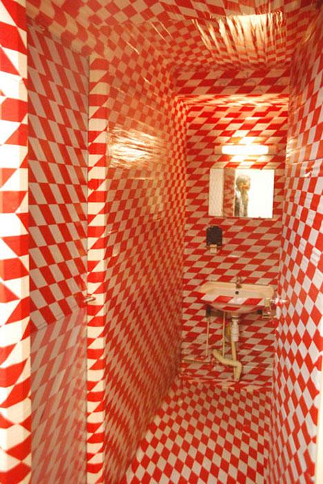 Installation totale, perturbation optique et psychique, rubalise, Metz, 2010.
