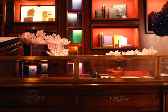 Set Design, Installation et performance, Sculpture florale pour l'évenement d'une nouvelle gamme de produit féminine au Cabinet d'écriture Louis Vuitton, papier filigrané Louis Vuitton, assemblage de fleurs en Origami, Place St Germain des prés, Paris, 2013, Laure Devenelle