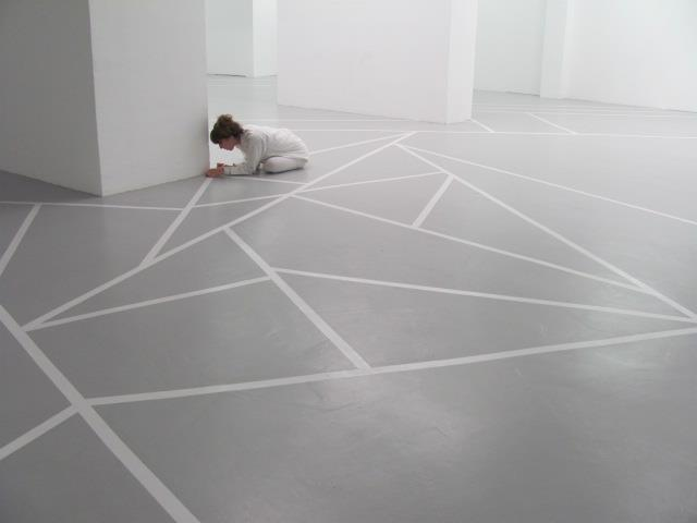 Tape Art, performance évolutive pour un spectacle de danse contemporaine, fragmentation du sol, gaffeur blanc, 5 interventions sur 9 jours, compagnie ENZ, Centre d'art Faux Mouvements, Metz, 2012, Laure Devenelle