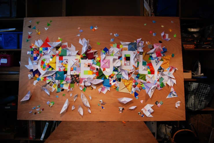 """Graffiti d'Origami CITE JOLY, """"Là faites des trucs"""" La Petite Rockette, Installation participative, papiers recyclés, Laure Devenelle"""