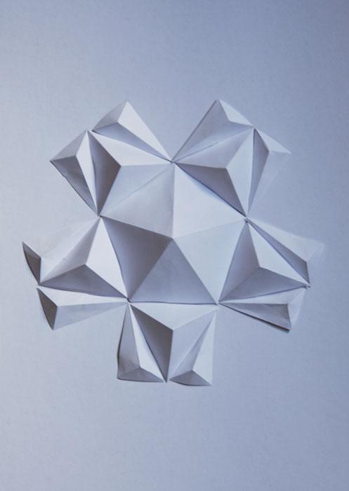 Tableau/Sculpture, fresque murale encadrée, figures géométriques, assemblage d'Origami en volume, papier blanc, Exposition Cité de la mode et du Design, Paris, 2014, Laure Devenelle