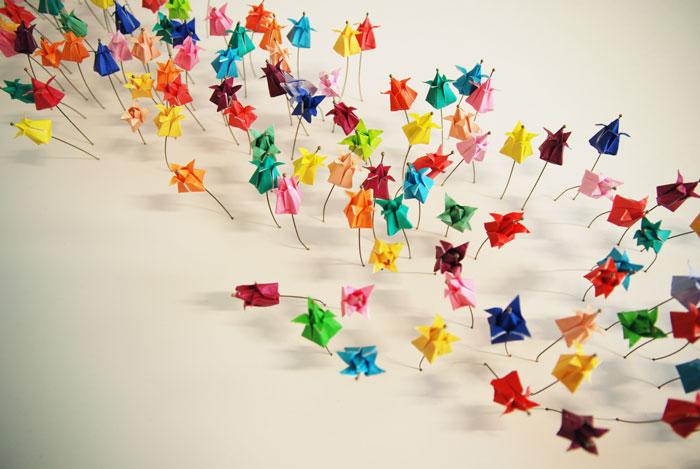 Installation origami papier 3D vue du dessus, champ de tulipes miniatures, papier coloré, Origami, tiges, Exposition Cité de la Mode et du Design, Paris, 2014.