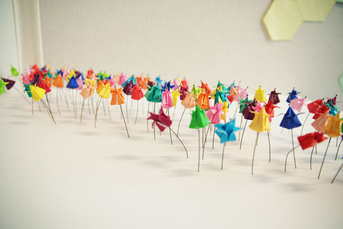 Installation origami papier 3D, champ de tulipes miniatures, papier coloré, Origami, tiges, Exposition Cité de la Mode et du Design, Paris, 2014, Laure Devenelle