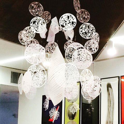 Sculpture Mandala, Kirigami, Papier, Aérien, Motifs, Ajouré, Centre du Graphisme, Exposition Made In Japan, Oeuvre collective, Paris-Ateliers, Echirolles, Laure Devenelle, 2016