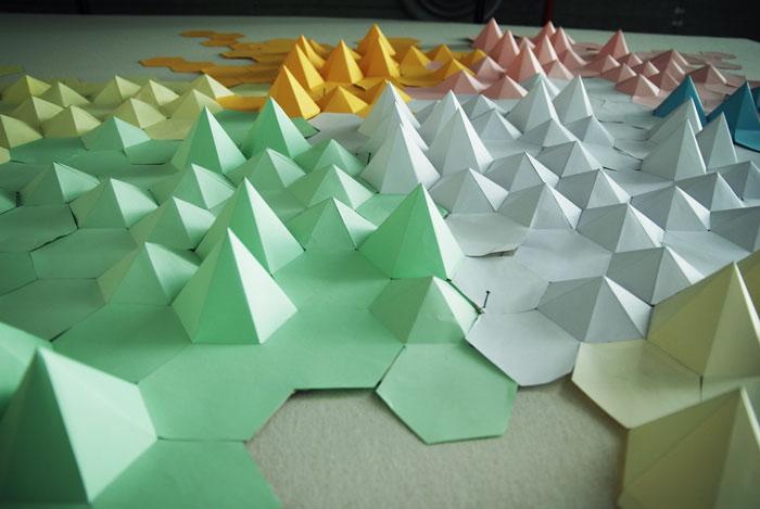 Paysage, installation origami papier 3D, cartographie, montagne, Origami, papier, hexagone, pliage, mur, espace, Laure Devenelle,