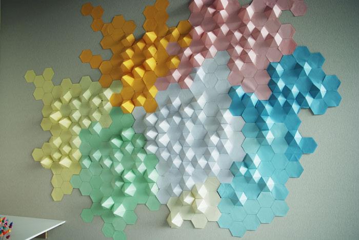 Design mural, installation origami papier 3D, fresque sculpturale, relief, Assemblage d'Origami, hexagone en volume, papier, Exposition à la Cité de la Mode et du Design, Paris, 2014.