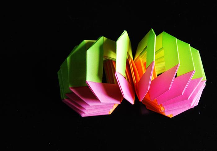 Ressort en papier, jeu pour enfant, objet de décoration, assemblage de papiers pliés, Origami, Paris, 2013, Laure Devenelle