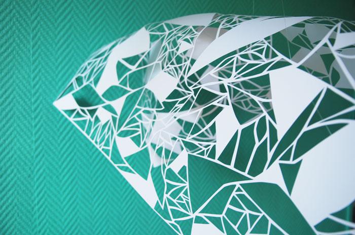 Installation suspendue, papier blanc ajouré, Kirigami, motifs géométriques, Exposition Sunset Mall de Dubaï, 2014.