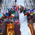 Arbre-à-voeux-, Installation Origami en papier participative, Place Saint Germain des Prés, Commande du Parcours Saint Germain 2014, Partenaire de la FIAC, SUspension, Papier, Origami, Couleur, habillage tronc d'arbre, Souhaits, Public, Paris, Laure Devenelle