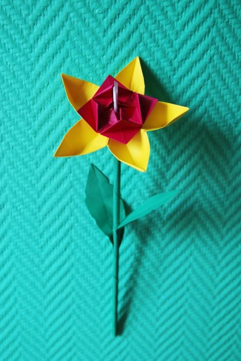 Fleur 5 pétales en papier, SET DESIGN, ORIGAMI, PAPIERS COLORÉS, PARIS, 2015, LAURE DEVENELLE