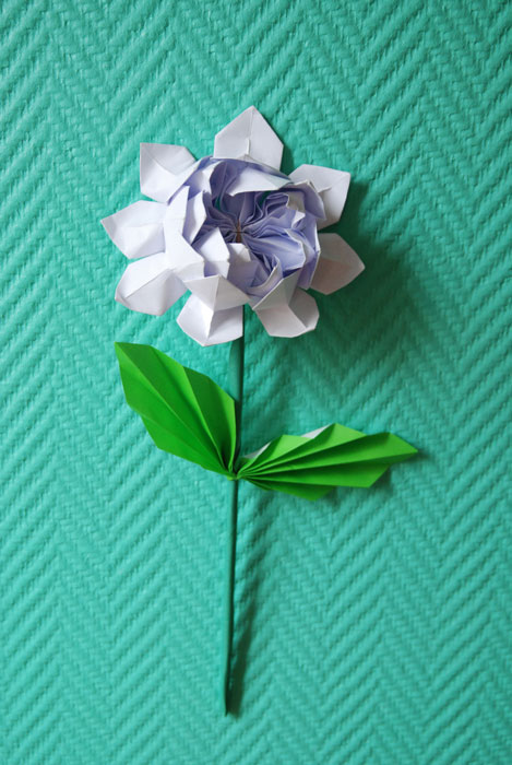 Fleur de Lotus en papier, SET DESIGN, ORIGAMI, PAPIERS COLORÉS, PARIS, 2015, LAURE DEVENELLE