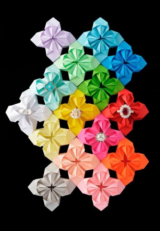 Installation Origami, fleur Origami arc en ciel 3D, papiers colorés, SET DESIGN PAPER POUR LE CATALOGUE D'UNE VENTE AUX ENCHÈRES DE BIJOUX CHEZ OSÉNAT: MAISON DE VENTE AUX ENCHÈRES, Laure Devenelle, 2015