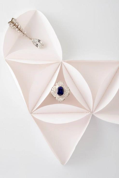 Installation Origami, triangle et cercles papier pliés et cousus, SET DESIGN PAPER POUR LE CATALOGUE D'UNE VENTE AUX ENCHÈRES DE BIJOUX CHEZ OSÉNAT: MAISON DE VENTE AUX ENCHÈRES, laure devenelle, 2015