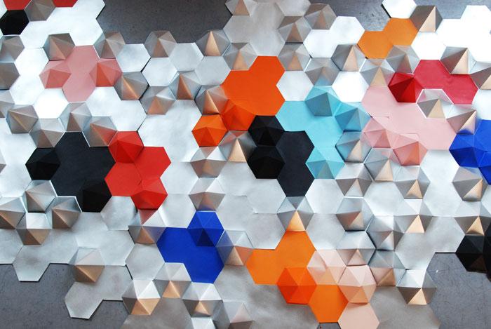 Constellation, Hexagones en papier argenté et coloré, Installation Origami murale /Prêt d'oeuvre pour le Canapé COMPOSITION D'ANGLE ATTITUDE pour Roche Bobois, Design Papier et Photographie Laure Devenelle, 2015