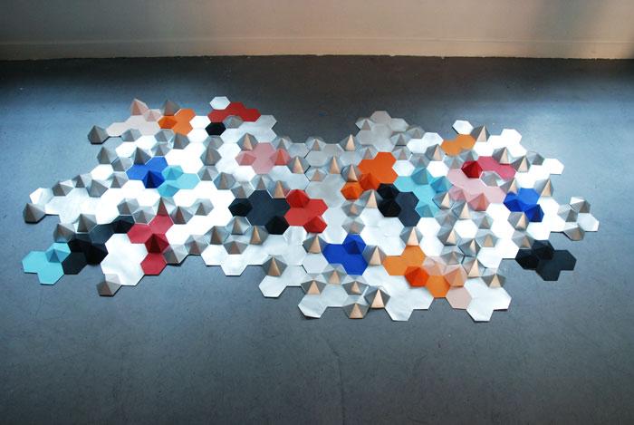 Constellation, Hexagones en papier argenté et coloré, Installation murale /Prêt d'oeuvre pour le Canapé COMPOSITION D'ANGLE ATTITUDE pour Roche Bobois, Design Papier et Photographie Laure Devenelle, 2015