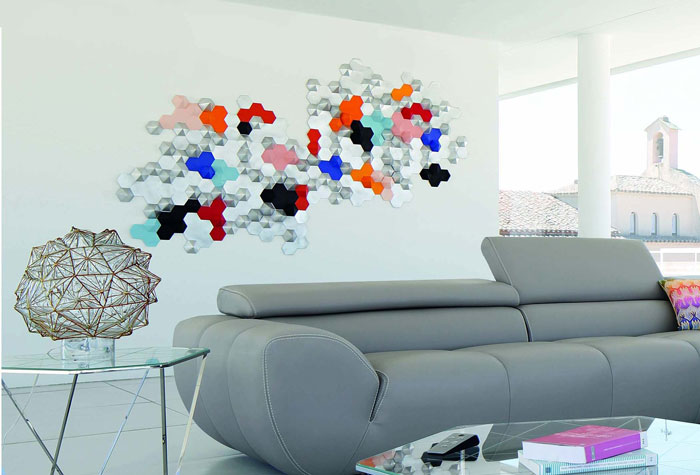 Constellation, Hexagones en papier argenté et coloré, Installation murale /Prêt d'oeuvre pour le shooting photo COMPOSITION D'ANGLE ATTITUDE pour Roche Bobois, Design Philippe Bouix, Photographe Michel Gibert, Design Papier Laure Devenelle, 2015