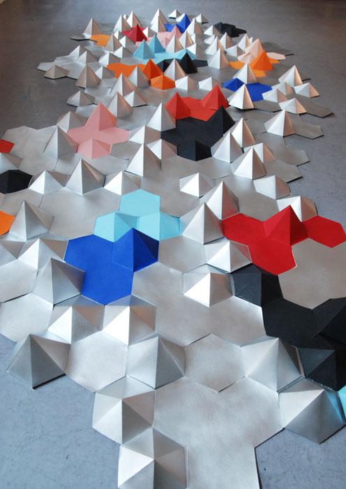 Constellation, Hexagones en papier argenté et coloré, Installation Origami /Prêt d'oeuvre pour le Canapé COMPOSITION D'ANGLE ATTITUDE pour Roche Bobois, Design Papier et Photographie Laure Devenelle, 2015