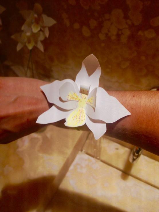 Bracelet Orchidée en papier, INSTALLATION / PERFORMANCE fleur en PAPIER 10EME ANNIVERSAIRE ORCHIDÉE IMPÉRIALE A LA MAISON GUERLAIN, 68 AVENUE DES CHAMPS ÉLYSÉES PRODUCTION DE 150 ORCHIDÉES EN PAPIER DÉCOUPÉ ET 11 BROCHES ORCHIDÉE OR, DÉCOUPAGE, RAINAGE, COURBE, ASSEMBLAGE COLLE, TIGE, LAURE DEVENELLE, 2015