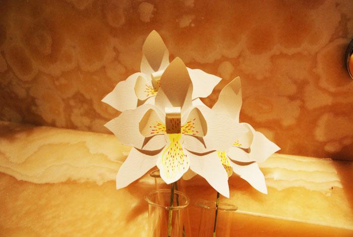 ORCHIDEE en papier dans vase, spa guerlain, Bracelet Orchidée en papier, INSTALLATION / PERFORMANCE fleur en PAPIER 10EME ANNIVERSAIRE ORCHIDÉE IMPÉRIALE A LA MAISON GUERLAIN, 68 AVENUE DES CHAMPS ÉLYSÉES PRODUCTION DE 150 ORCHIDÉES EN PAPIER DÉCOUPÉ ET 11 BROCHES ORCHIDÉE OR, DÉCOUPAGE, RAINAGE, COURBE, ASSEMBLAGE COLLE, TIGE, LAURE DEVENELLE, 2015