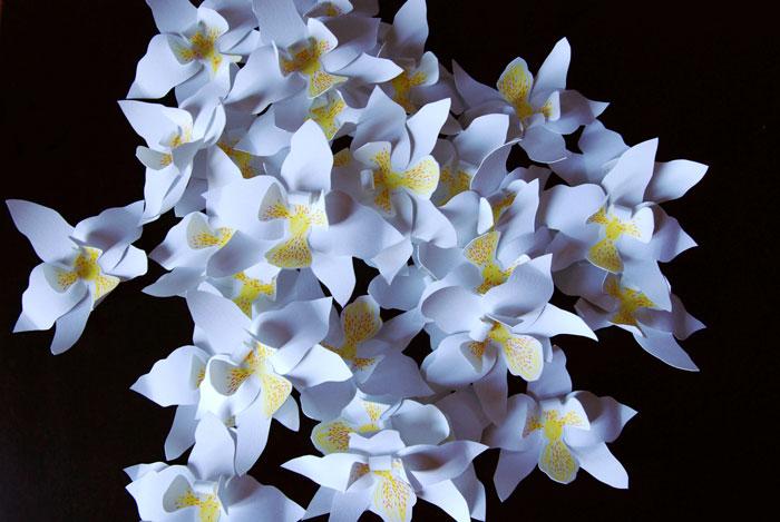 orchidée en papier, bouquet, Bracelet Orchidée en papier, INSTALLATION / PERFORMANCE fleur en PAPIER 10EME ANNIVERSAIRE ORCHIDÉE IMPÉRIALE A LA MAISON GUERLAIN, 68 AVENUE DES CHAMPS ÉLYSÉES PRODUCTION DE 150 ORCHIDÉES EN PAPIER DÉCOUPÉ ET 11 BROCHES ORCHIDÉE OR, DÉCOUPAGE, RAINAGE, COURBE, ASSEMBLAGE COLLE, TIGE, LAURE DEVENELLE, 2015