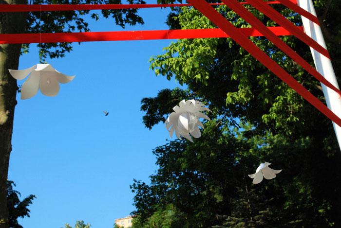 AIR FLOWER, INSTALLATION AÉRIENNE, FLEUR BLANCHE EN PAPIER SUSPENDUS, PARCS DE BESIKTAS, ISTANBUL, TURQUIE, LAURE DEVENELLE, MAI 2016
