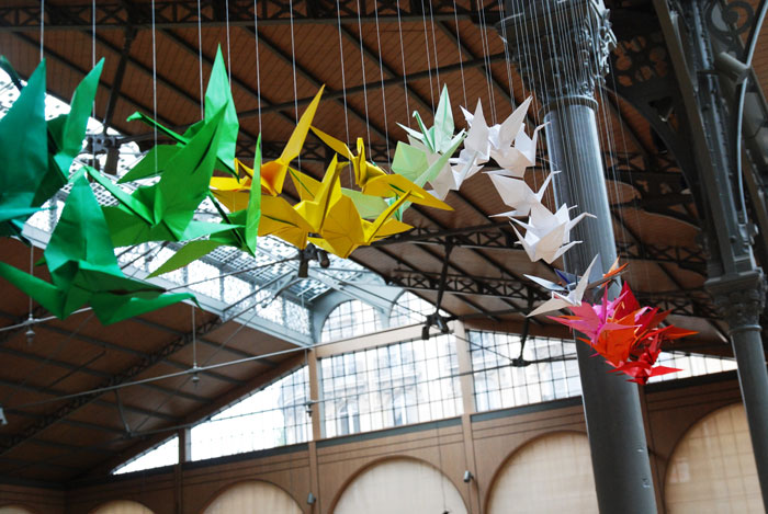 SUMMER ORIGAMI BIRD, INSTALLATION ORIGAMI PARTICIPATIVE, CARREAU DU TEMPLE, PARIS, LAURE DEVENELLE
