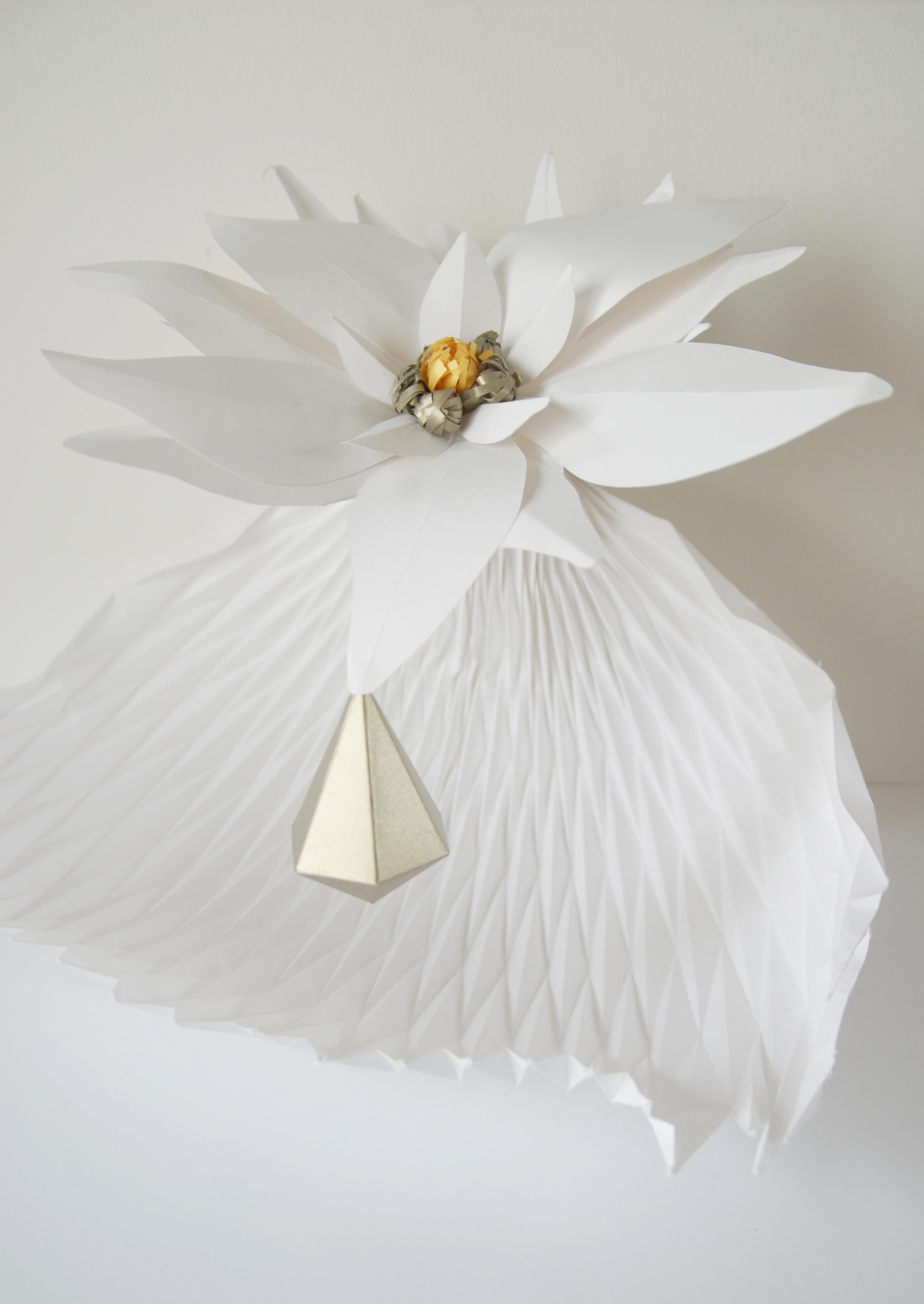 Sculpture papier, edelweiss flower paper art, diamond, jeu de plissé, goutte,  technique origami et volume 3D, étude pour Helena Rubinstein, Laure Devenelle