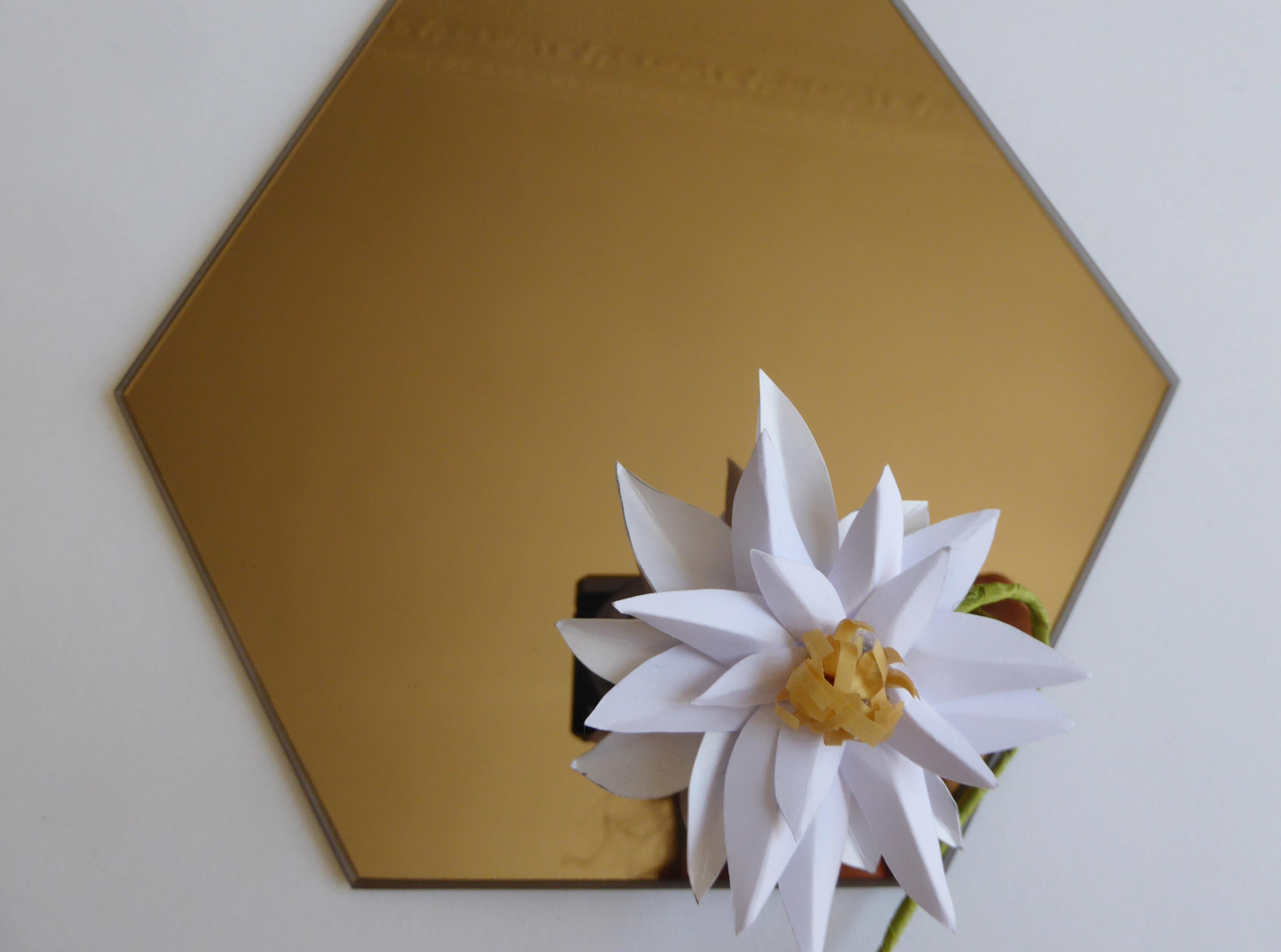 Sculpture papier, edelweiss flower paper art, miroir, technique origami et volume 3D, étude pour Helena Rubinstein, Laure Devenelle