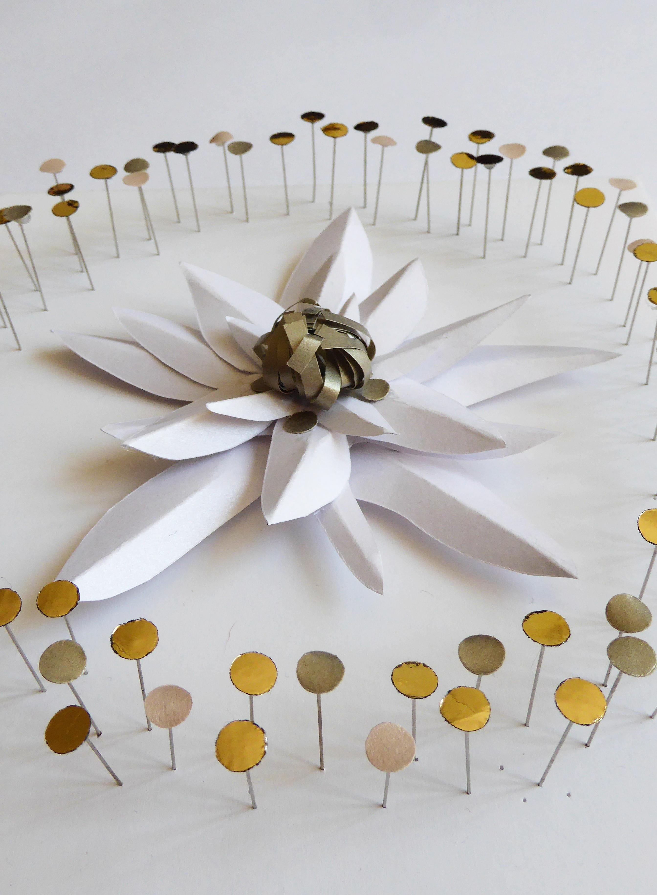 Sculpture papier, edelweiss flower paper art, bulle pétillante, technique origami et volume 3D, étude pour Helena Rubinstein, Laure Devenelle