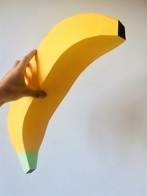 Banane Paper Art, fruit géant, set design, produit, scénographie sculpture papier, commande pour Karine & Jeff, enseigne de cuisine bio, fait main, création, Paris, Laure Devenelle