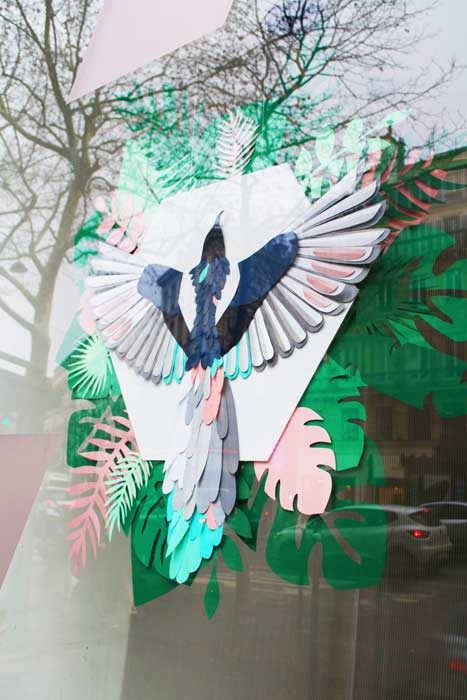 Oiseau et feuillage tropical, 3D paper, sculpture, volume, kirigami, découpe papier, scenographie de vitrine avec mapetitevitrine, création, 2018, Laure Devenelle