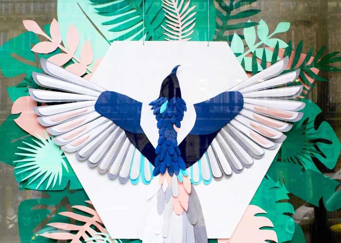 Vitrine Oiseau et feuillage, 3D paper, sculpture, volume, kirigami, découpe papier, scenographie de vitrine avec mapetitevitrine, création, 2018, Laure Devenelle