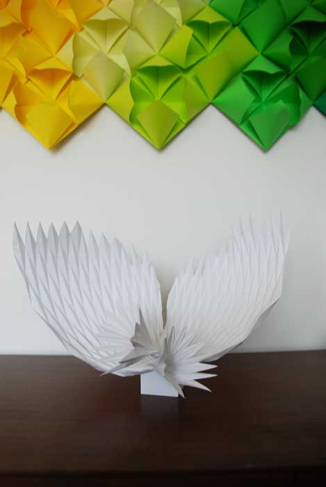 Sculpture W Paper art, ailes, pliage origami blanc, 2018 Laure Devenelle