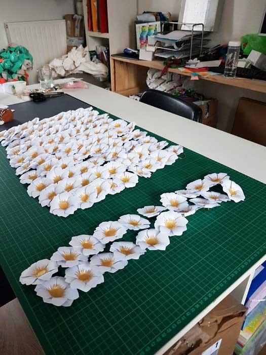 Fleur soleil, 250 sculptures papier, commande pour un lancement de parfum pour Azzaro, 2018, Laure Devenelle