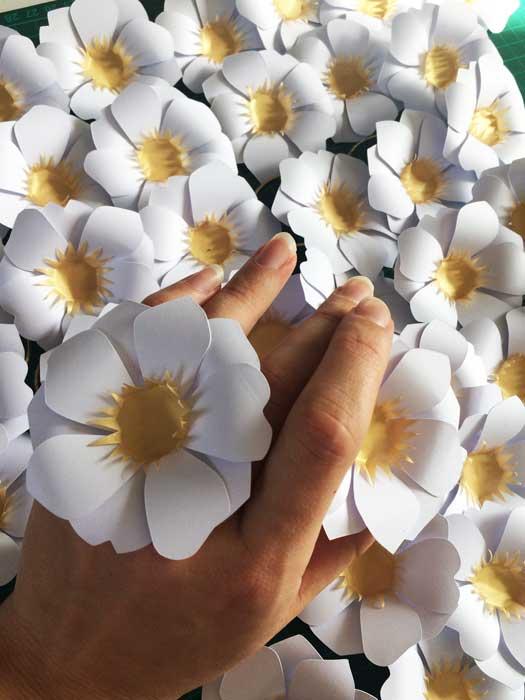 Fleur soleil, accumulation paper art, commande pour un lancement de parfum pour Azzaro, 2018, Laure Devenelle