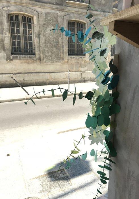 Scénographie vitrine, photo Ma Petite Vitrine, Bouquet Eucalyptus paper, paper plant, papier, green, feuilles, kirigami, Laure Devenelle