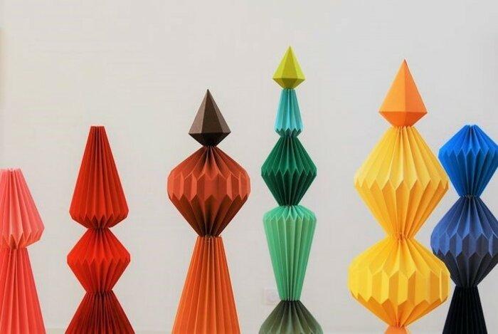 Installation-sol-zoom-Sculptures-6-Totems-pliage-exposition-personnelle-Lamaziere-homme-mineral-creation-Origami-papier-©-Laure-Devenelle-2018