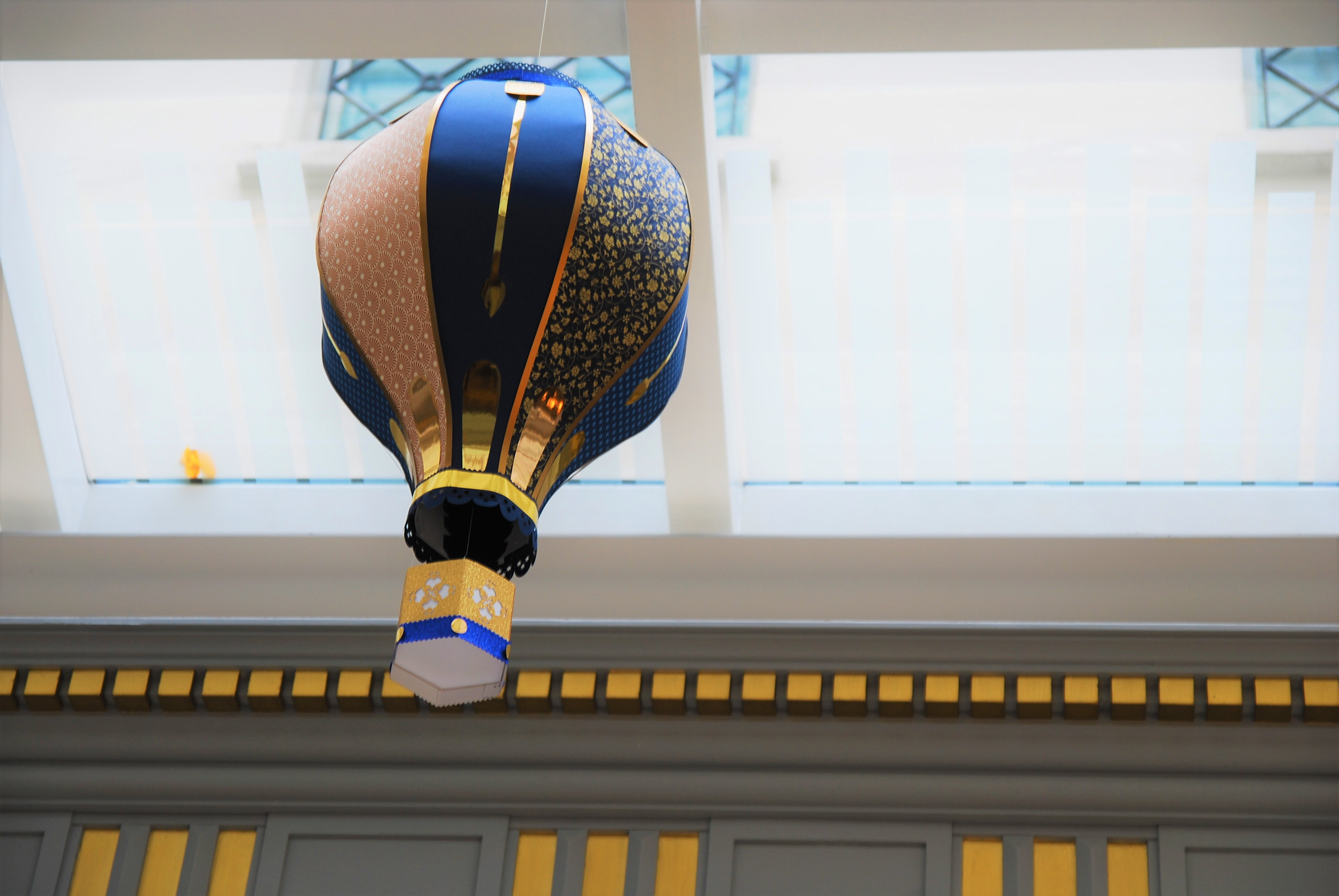 Jules-vernes décor-montgolfiere-paper-art-creation-pour-hotel-sofitel-paris-le-faubourg-noel-2018-Laure-Devenelle