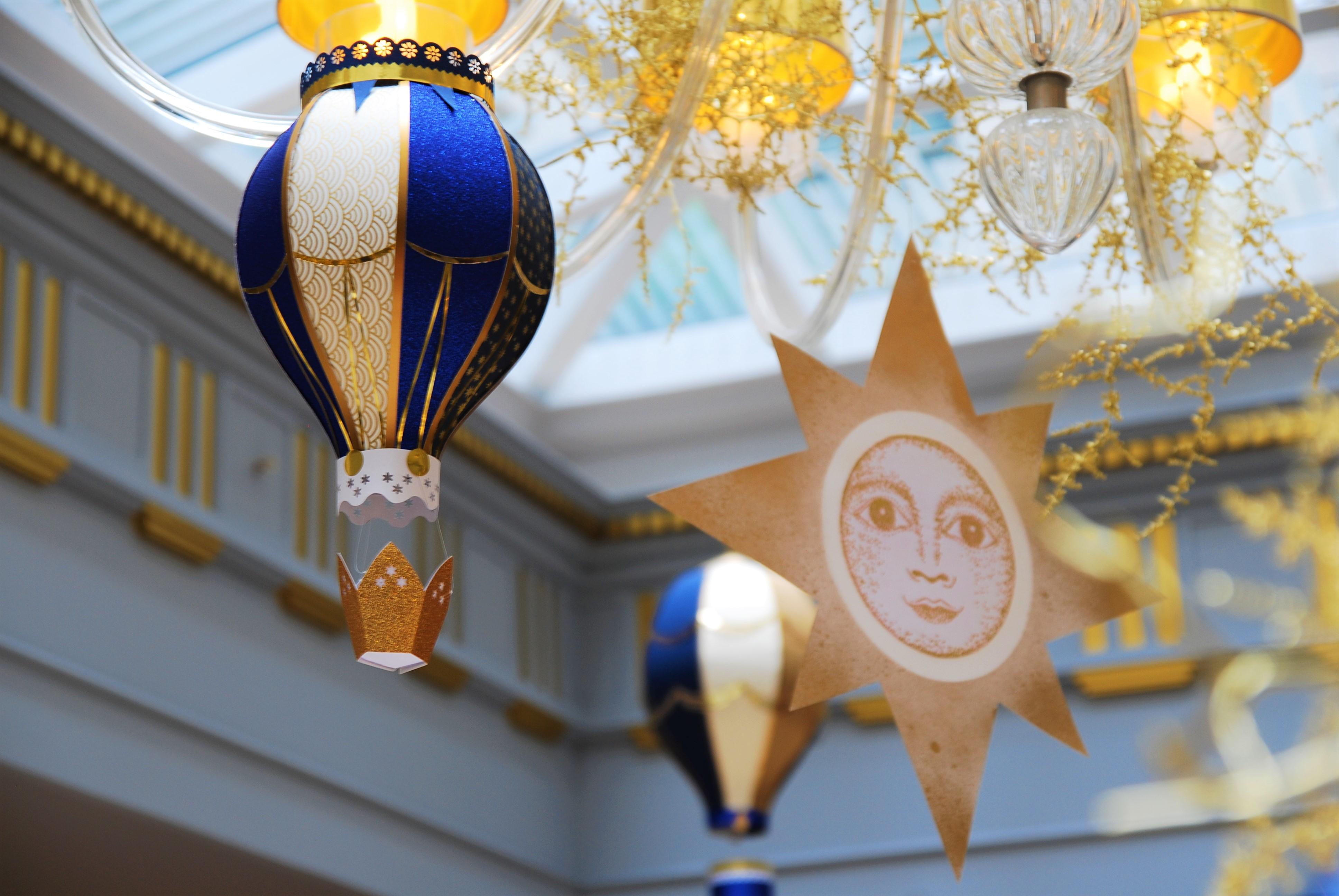 scenographie-envol-or-bleu-montgolfiere-paper-art-creation-pour-hotel-sofitel-paris-le-faubourg-noel-2018-Laure-Devenelle