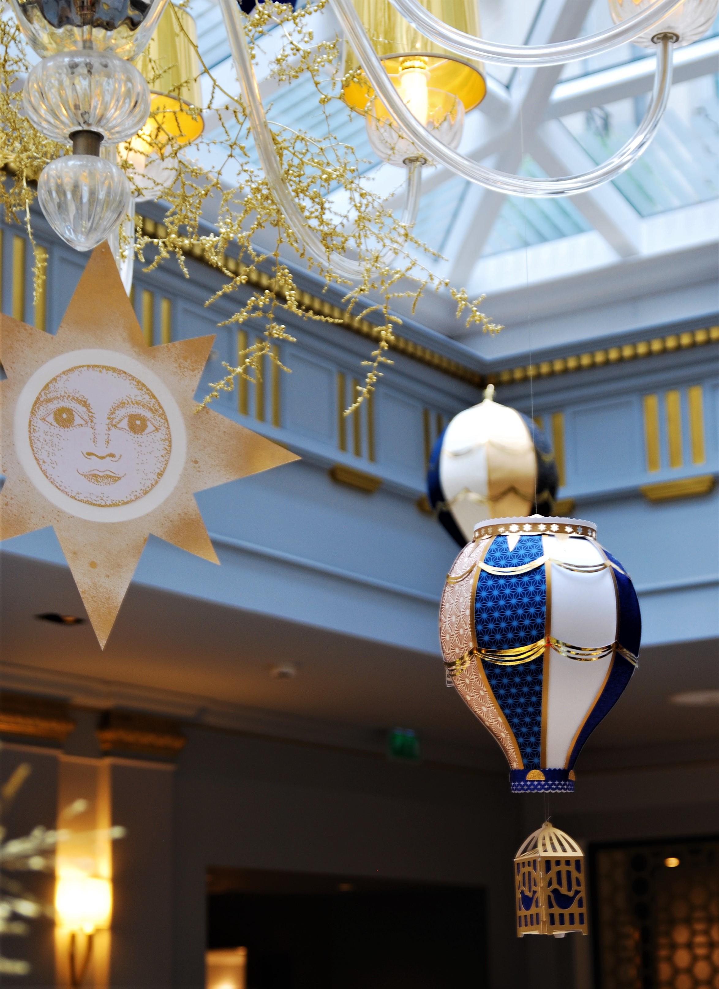 installation-aerienne-montgolfiere-paper-art-creation-pour-hotel-sofitel-paris-le-faubourg-noel-2018-Laure-Devenelle