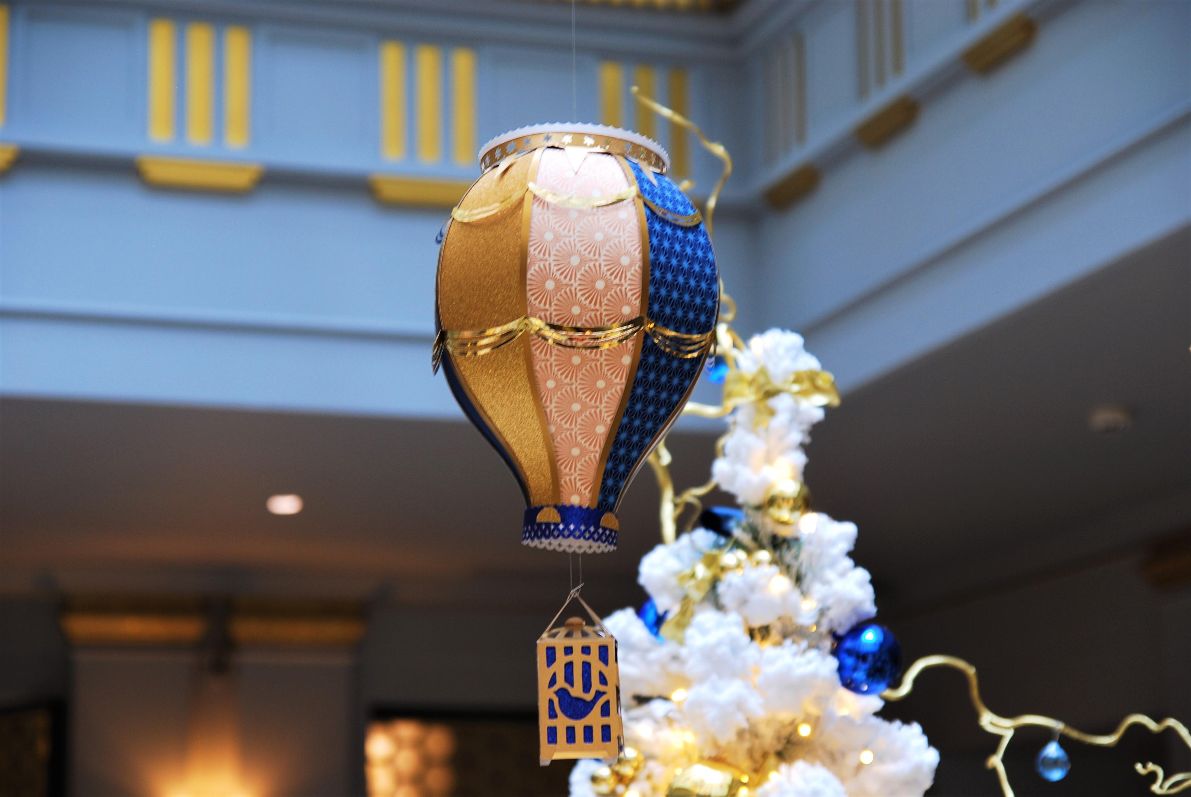 montgolfiere-zoom-paper-art-creation-pour-hotel-sofitel-paris-le-faubourg-noel-2018-Laure-Devenelle