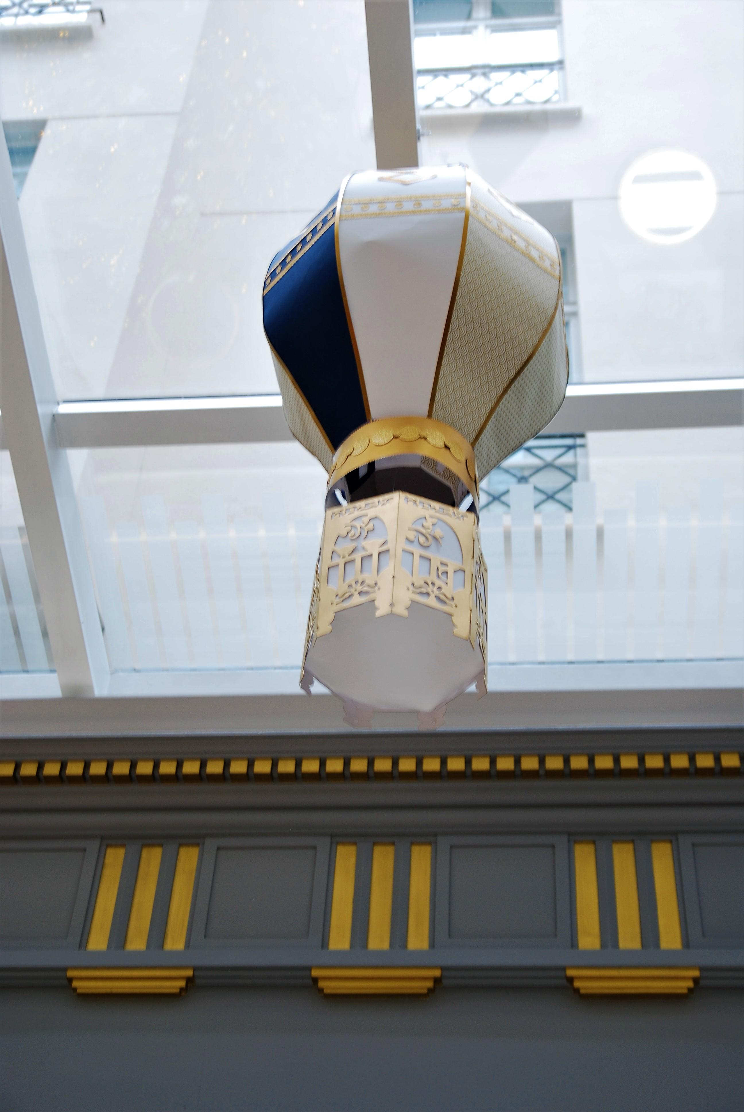 scenographie-installation-aerienne-giant-balloon-montgolfiere-paper-art-creation-pour-hotel-sofitel-paris-le-faubourg-noel-2018-Laure-Devenelle