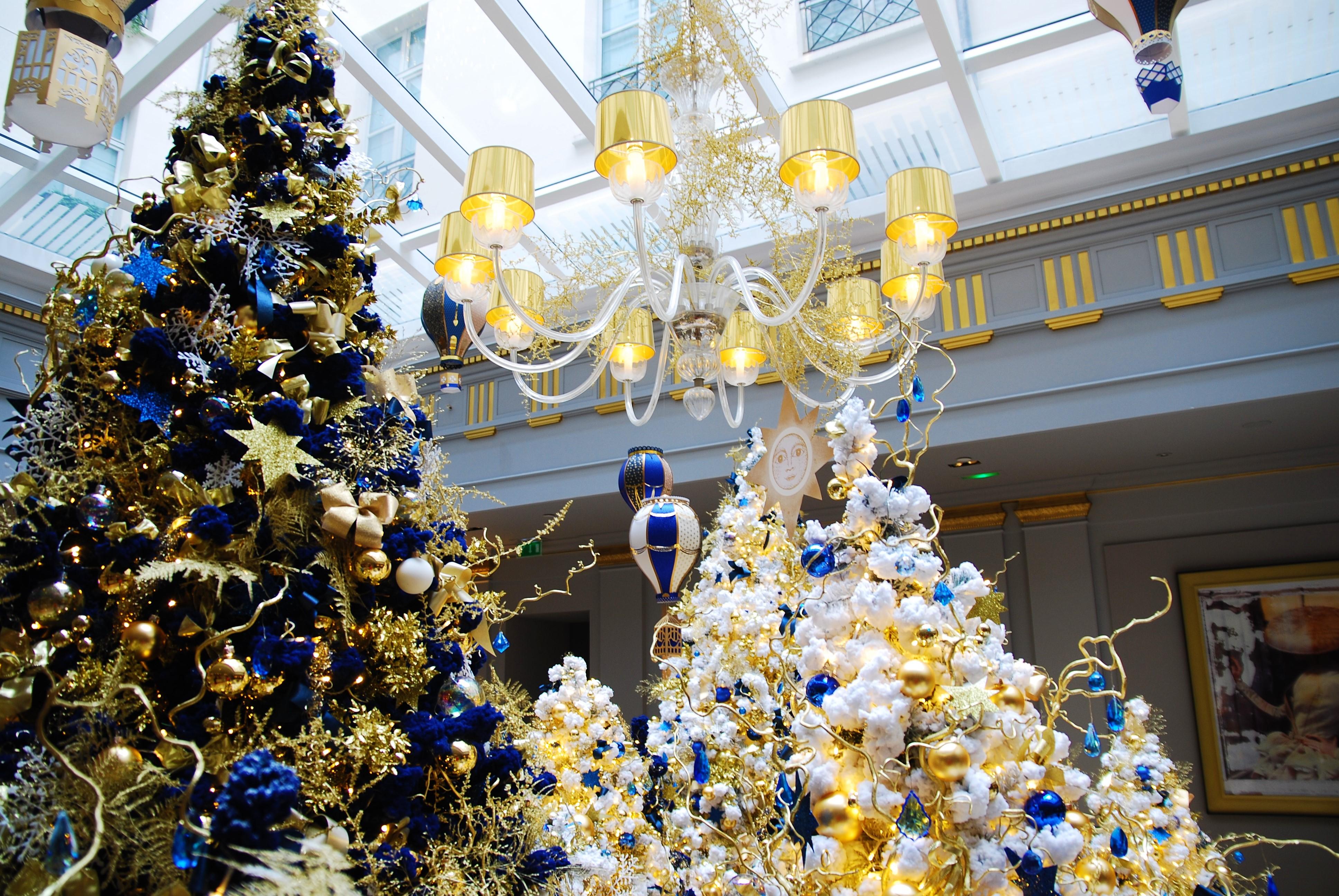scenographie-lobby-installation-aerienne-montgolfiere-paper-art-creation-pour-hotel-sofitel-paris-le-faubourg-noel-2018-Laure-Devenelle