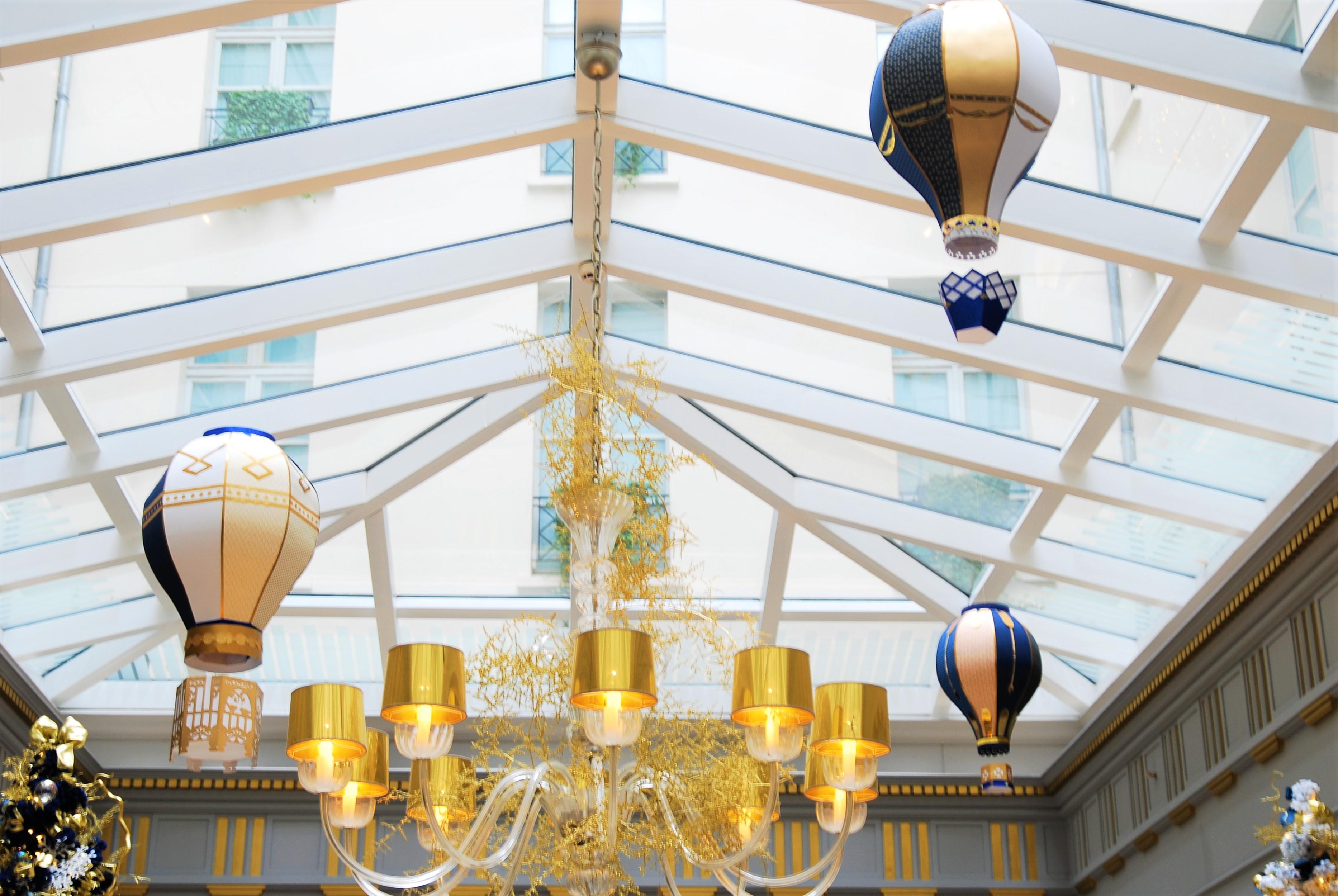 scenographie-verriere-installation-aerienne-montgolfiere-paper-art-creation-pour-hotel-sofitel-paris-le-faubourg-noel-2018-Laure-Devenelle
