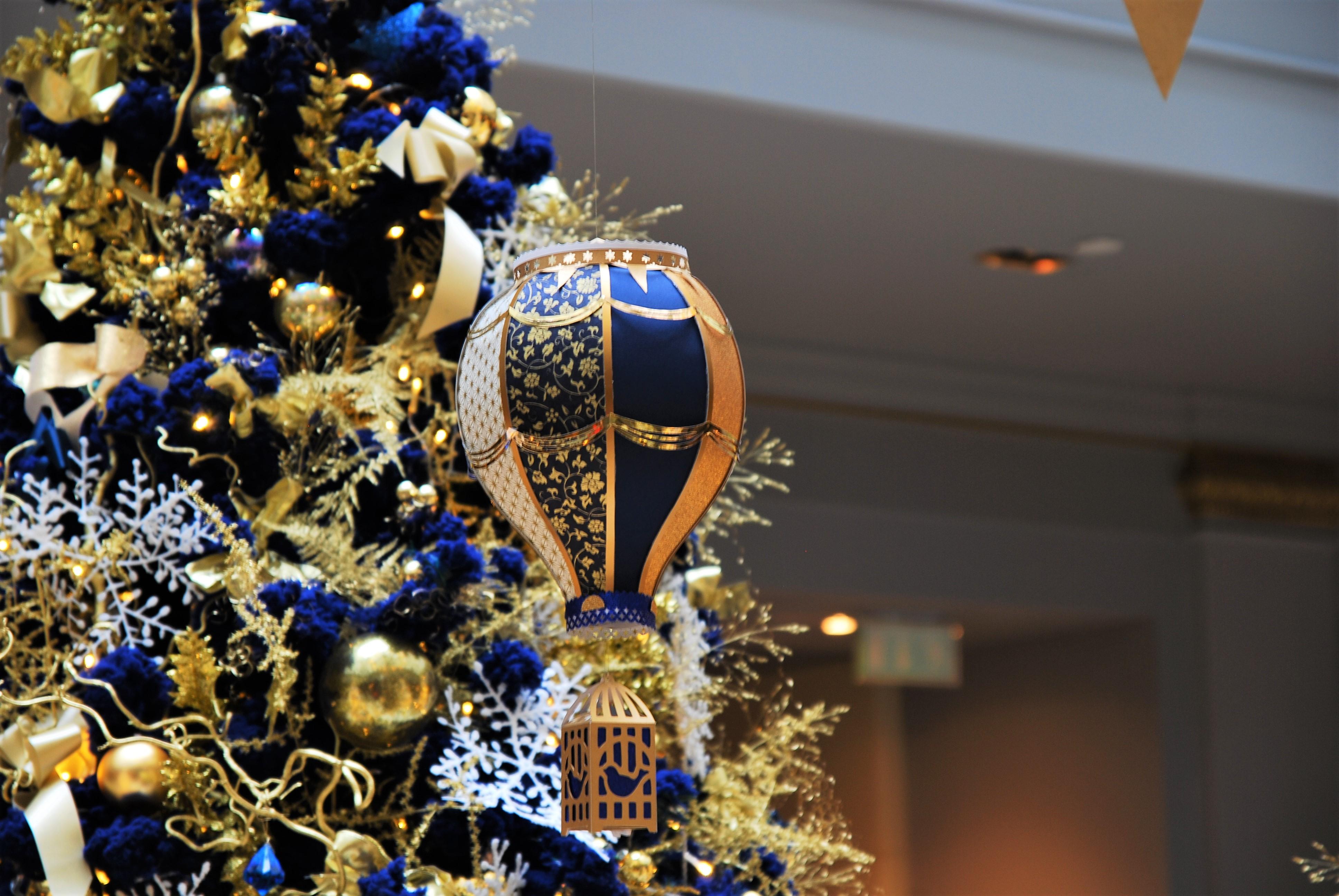 scenographie-bleu-or-installation-aerienne-montgolfiere-paper-art-creation-pour-hotel-sofitel-paris-le-faubourg-noel-2018-Laure-Devenelle