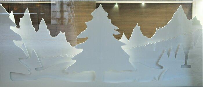 sapins-enneigés-blanc-scenographie-de-vitrines-paper-art-kirigami-superposition-de-papier-bijouterie-lamy-annecy-laure-devenelle